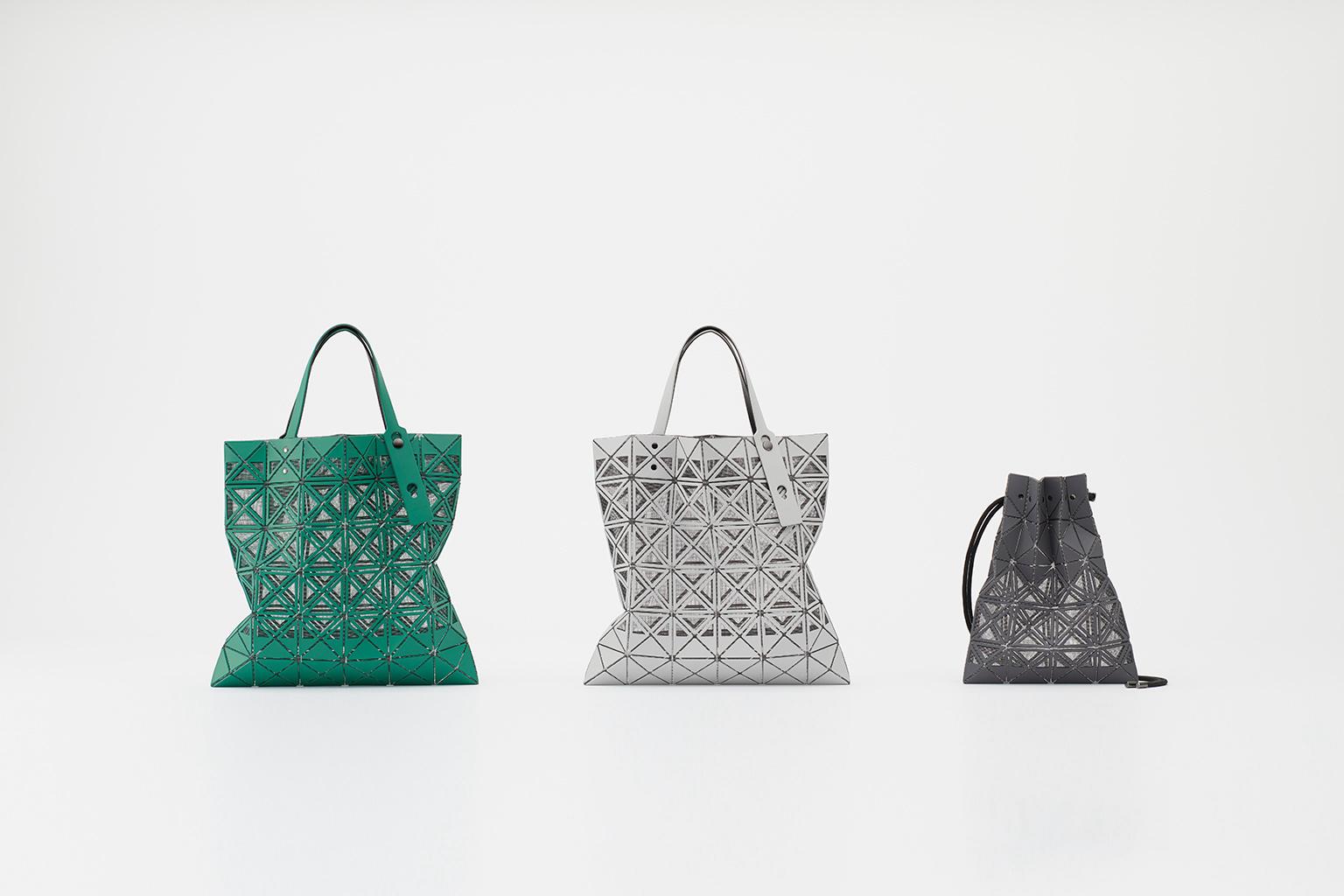 写真:フレームのトートバッグ(グリーン、ライトグレー)とミニハンドバッグ(チャコールグレー)